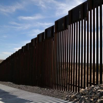 Militares mexicanos armados interrogan a soldados de EE. UU. en la frontera