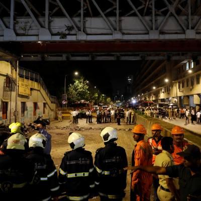 Seis muertos y 31 heridos por derrumbe de puente peatonal en India