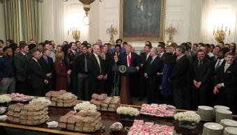 Foto: El presidente de Estados Unidos, Donald Trump, recibe con comida rápida a los jugadores del equipo de futbol americano North Dakota State Bison, el 4 de marzo de 2019