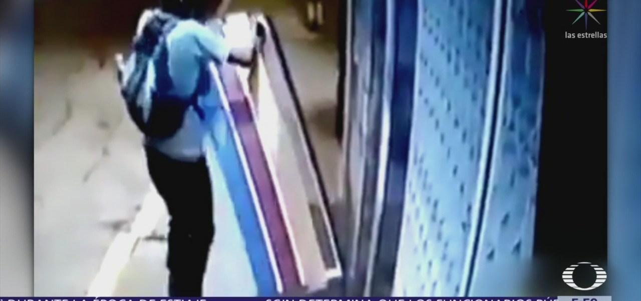 Graban a hombre tratando de desprender una banca metálica en CDMX