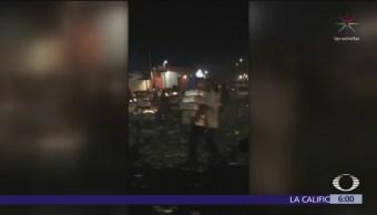 Habitantes de Torreón roban cervezas de tráiler volcado
