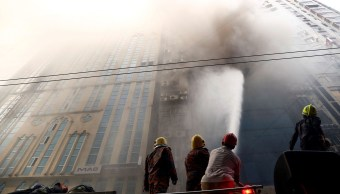 fOTO: Bomberos de Bangladesh intentan apagar el incendio que se ha producido en un rascacielos, 28 MARZO 2019