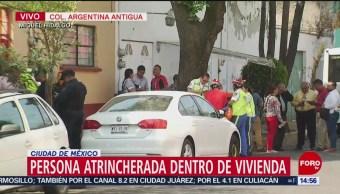 Foto: Ingresa policía a vivienda con persona atrincherada
