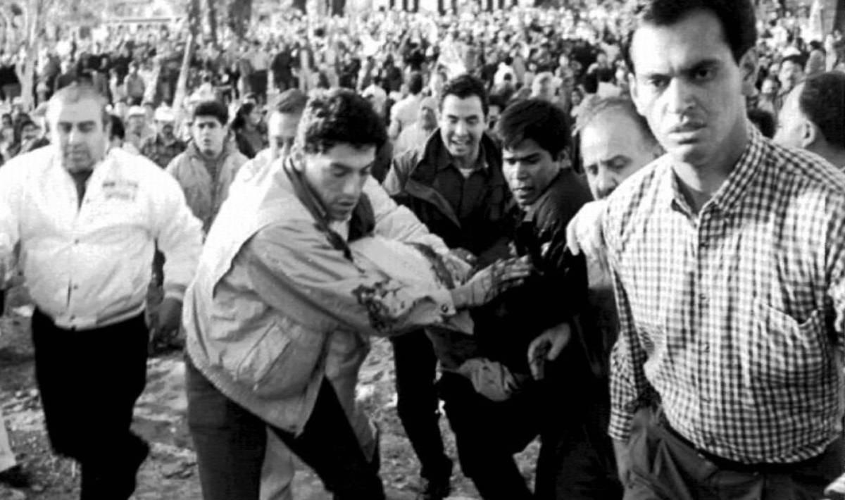 Integrantes el Grupo Omega y policías llevan el cuerpo de Colosio hacia su camioneta