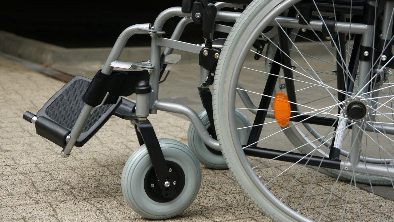 Joven trabaja y compra silla de ruedas eléctrica a amigo