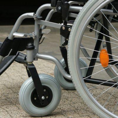 Joven trabaja y ahorra 2 años para comprar silla de ruedas eléctrica a su amigo