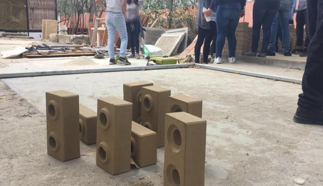 Foto: Universitarios elaboran ladrillos antisísmicos y ecológicos en Chiapas, 7 de marzo 2019. (@juanelo_28)