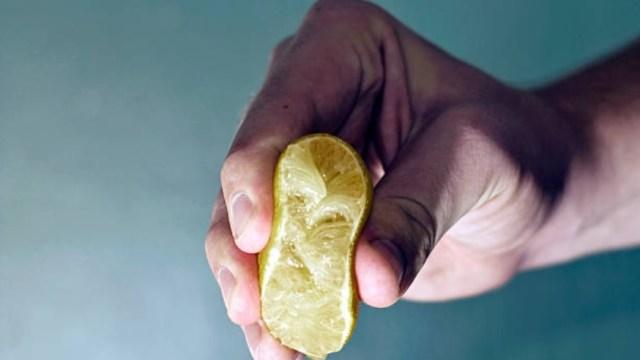 Se le pudren las manos por lavárselas con limón