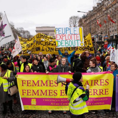 Chalecos amarillos marchan, encabezados por mujeres, en París