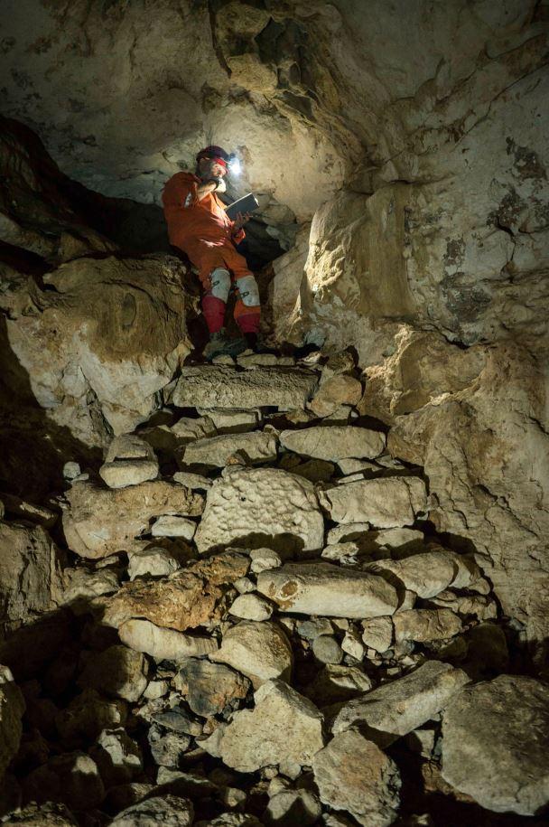 Miembros del equipo de exploración acuífera del INAH ingresan a una de las cámaras dentro de la cueva de Balamkú, a 2 kilómetros de Chichén Itzá (Cuartoscuro)