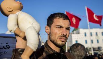Foto:Un manifestante tunecino sostiene una muñeca en para denunciar la muerte de 22 bebés en Túnez, 15 marzo 2019
