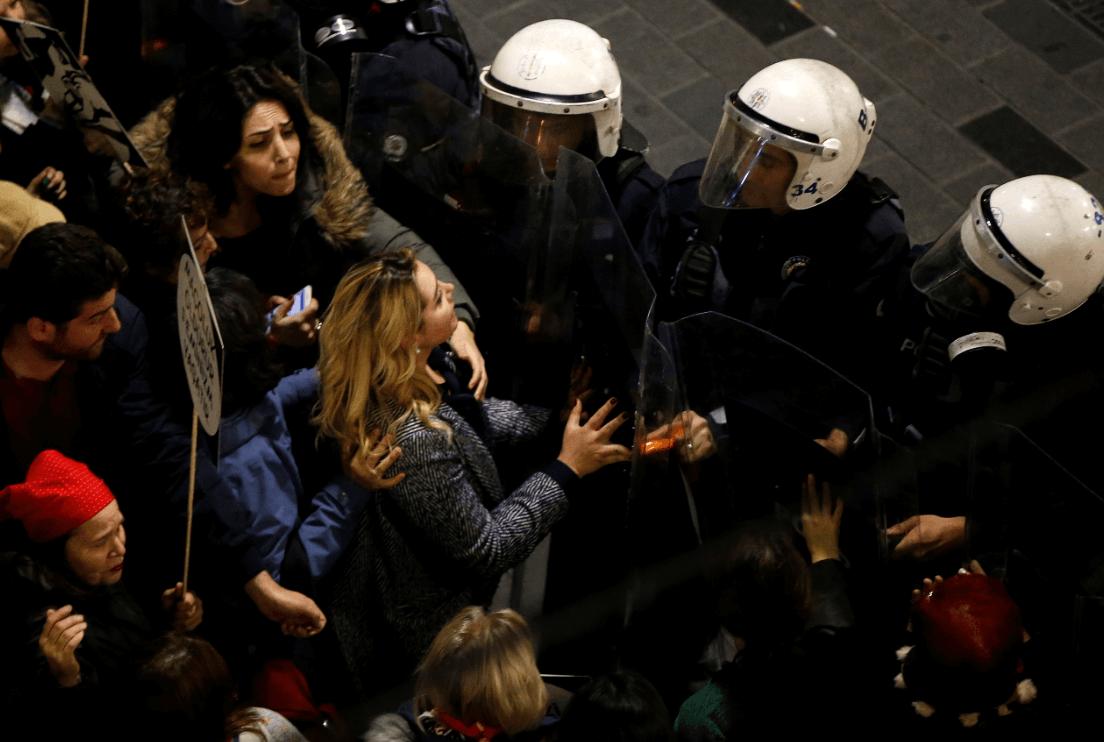 Foto: Mujeres y policías durante marcha en Estambul, 8 de marzo de 2019, Turquía