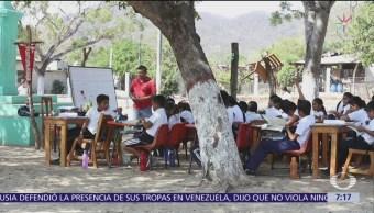 Niños de Oaxaca toman clases en aulas de cartón