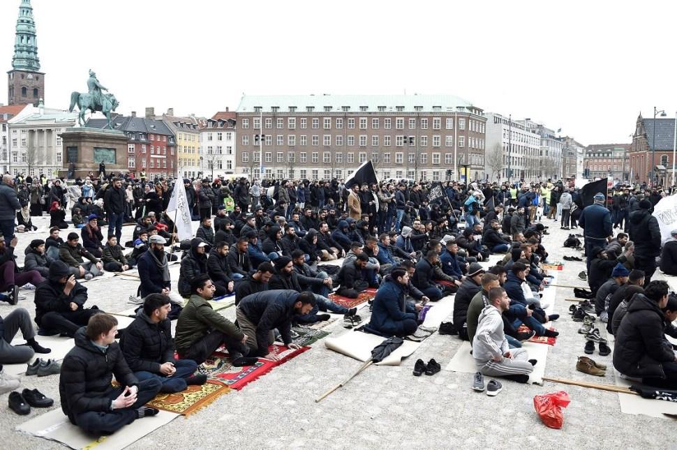Foto: Musulmanes acuden, este viernes, al rezo de los viernes ante el Palacio Christiansborg organizado por Hizb ut Tahrir Scandinavia, 22 marzo 2019
