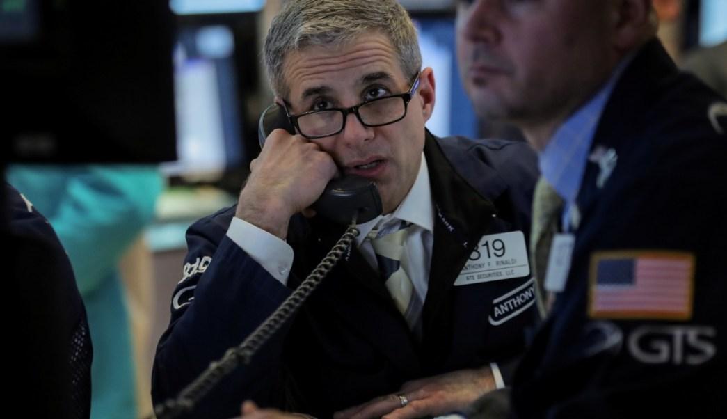Los comerciantes trabajan en el piso de la Bolsa de Nueva York (NYSE) en Nueva York (Reuters)
