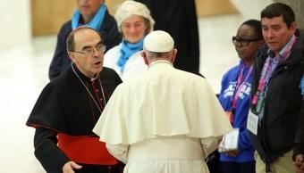 El papa Francisco plática con el cardenal Philippe Barbarin (i) en Roma, Italia, 14 marzo 2019