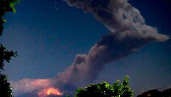 Popocatépetl registra fuerte explosión y lanza material incandescente