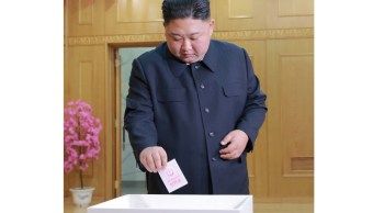 Foto: El líder norcoreano Kim Jong Un emite su voto en la elección para la Asamblea Popular Suprema en Corea del Norte, marzo 10 de 2019 (Reuters)