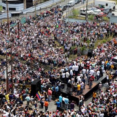 Miles de venezolanos protestan por los constantes apagones