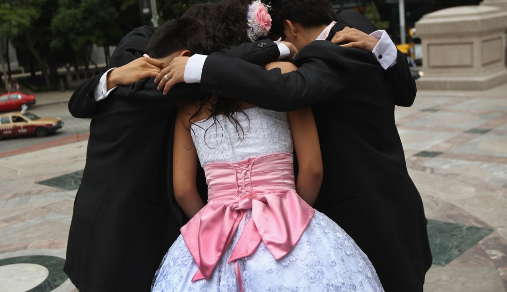 Foto: El Ángel de la Independencia es un lugar favorito para las 'quinceañeras' en la Ciudad de México, marzo 9 de 2019 (Getty Images)