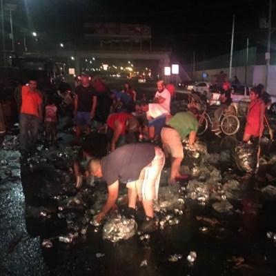 Rapiña de cerveza tras volcadura de camión en Torreón, Coahuila
