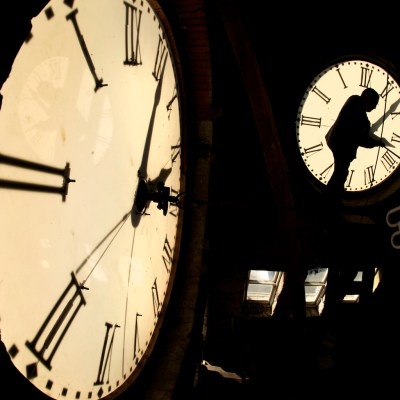 ¿Se atrasa o se adelanta el reloj por el horario de verano?
