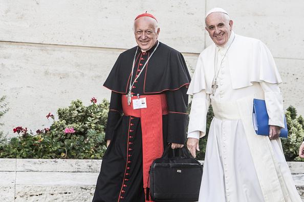 Foto: El papa Francisco (d) camina junto al arzobispo de Santiago de Chile, Ricardo Ezzati, 23 marzo 2019