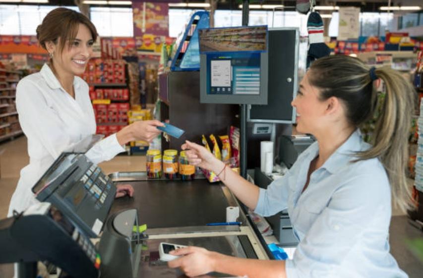 Cadena griega de supermercados despide a la gerente por pedir a sus empleados sonreír