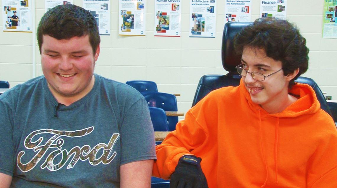 Tanner y Brandon (de izquierda a derecha) dicen ser amigos desde que entraron por primera vez a la escuela. Hablan regularmente de autos, camiones, tractores y autobuses (News9)