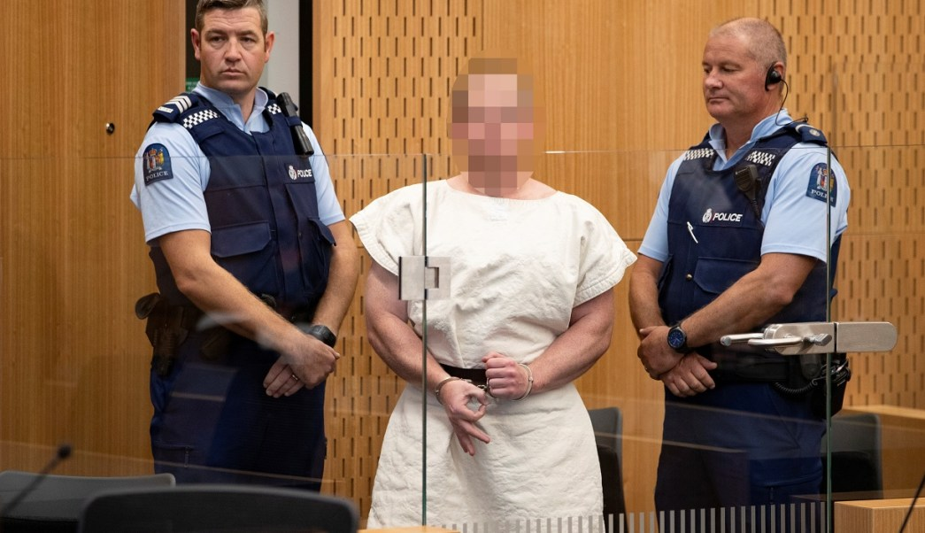 Foto: Brenton Tarrant, autor de la masacre en una mezquita de Nueva Zelanda, hizo una señal a la cámara durante su comparecencia en el Tribunal de Distrito de Christchurch. El 16 de marzo del 2019