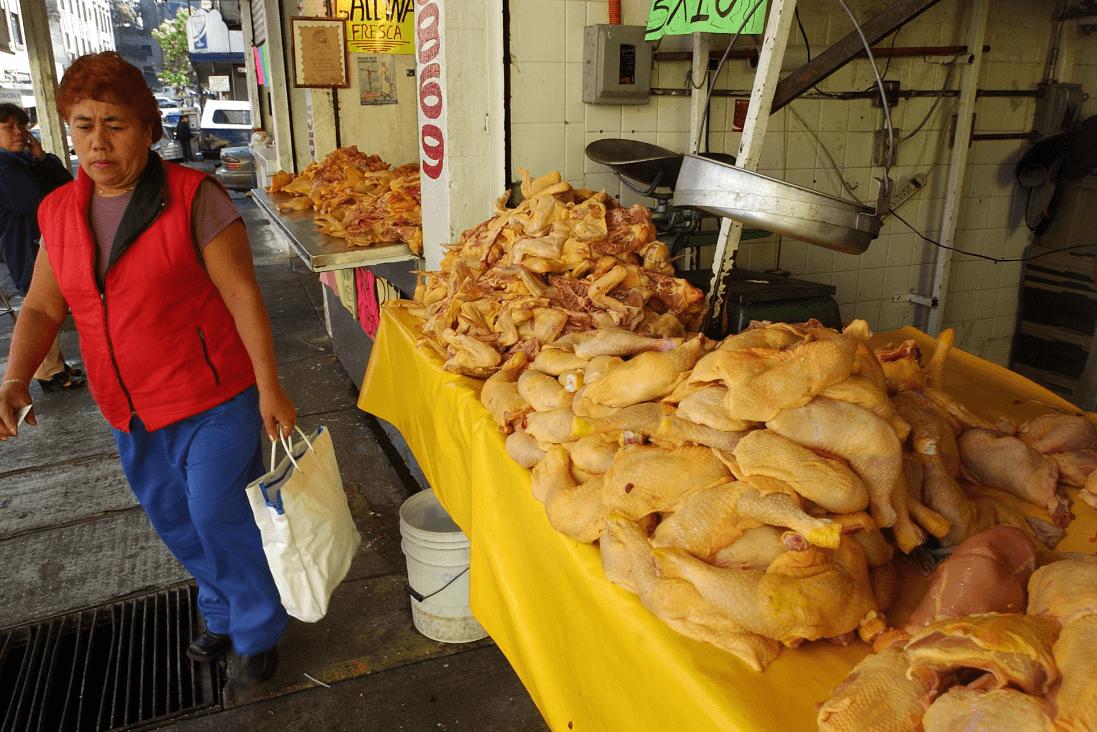 Foto: Venta de pollo en México, 24 de febrero de 2004, México