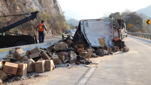 Foto: En la carretera de la Autopista del Sol se volcó un tráiler que trasportaba envases de cerveza, Guerrero, México, marzo 6 de 2019 (Cuartoscuro)