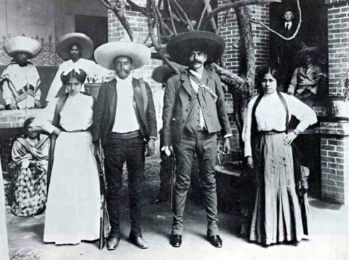 Emiliano y Eufemio Zapata con sus esposas (s/f). (CC/Wikimedia)