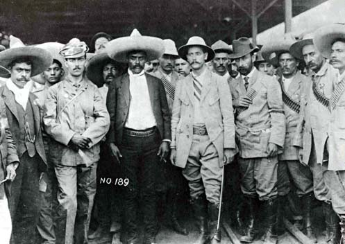 El general Manuel Asúnsolo entrega la ciudad de Cuernavaca al general Emiliano Zapata, acompañados de sus estados mayores (abril 1911), y del jefe revolucionario Abraham Martínez (derecha de Zapata). (CC/Wikimedia)
