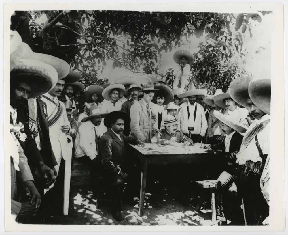 Emiliano Zapata, sentado a la derecha, recibe 150 mil dólares para evacuar la Ciudad de México. 07 de julio 1915. (CC/Wikimedia)