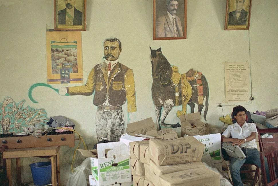 Hombre cuida bienes del DIF en Las Margaritas, Chiapas. 17 de febrero 1994. (AP Photo/Damian Dovarganes)