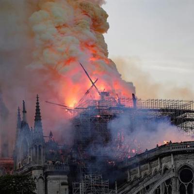 Video: Momento exacto en que cae la aguja de Notre Dame