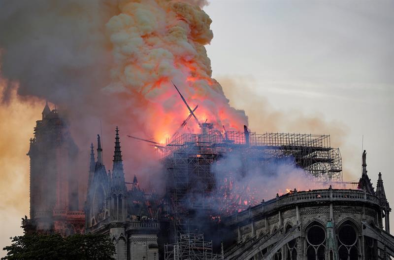 FOTO Video: Momento exacto en que cae la aguja de Notre Dame 15 ABRIL 2019