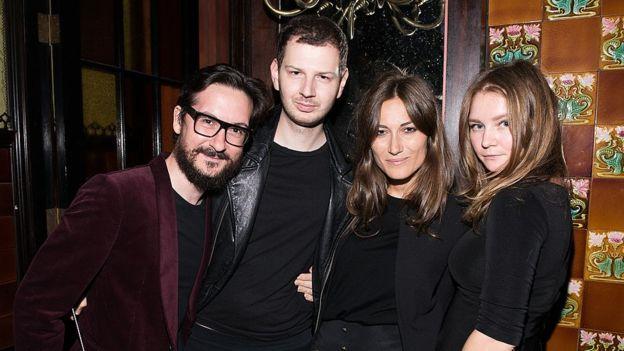 Anna Sorokin, a la extrema derecha, en una fotografía dentro de una ceremonia de entrega de premios de moda en Nueva York en 2014 (GettyImages)