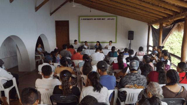 FOTO Apoyan a migrantes de Oaxaca con pasaportes estadounidenses para los hijos que nacieron en ese país (@IOAM_GobOax 4 abril 2019 region osta oaxaca)