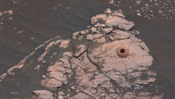 Foto: El robot Curiosity de NASA toma la primera muestra de arcilla en Marte tras perfora un pedazo de lecho de roca, abril 14 de 2019 (Foto: NASA)
