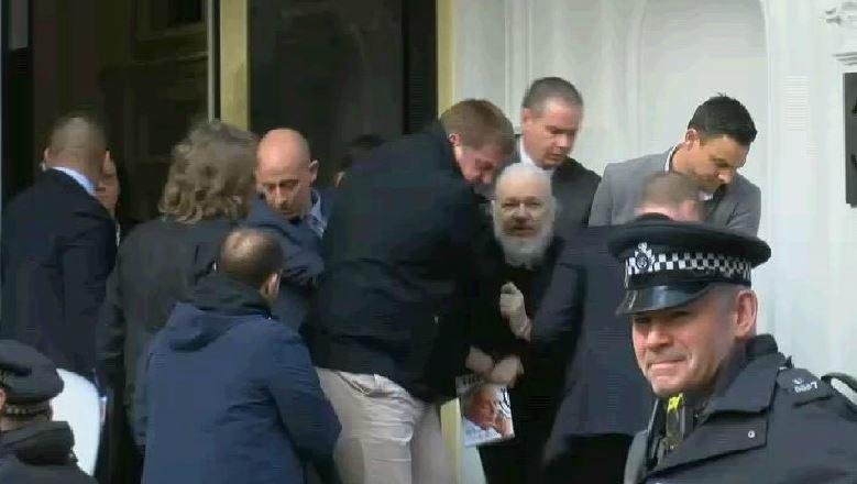 Arrestan a Julian Assange en la embajada de Ecuador en Londres