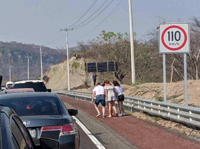 Automovilistas bajaron de sus vehículos y comenzaron a huir por el acotamiento debido al temor causado por el asalto (Twitter @kaymastretta)