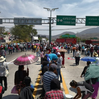 Maestros de la CETEG marchan y bloquean la Autopista del Sol