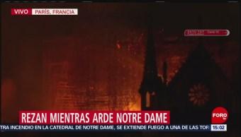 Foto: Cantos y oraciones en París, por el incendio de la Catedral de Notre Dame
