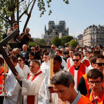 Celebran Vía Crucis en la plaza de Notre Dame, París
