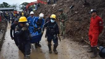 Foto: Equipos de rescate sacan el cuerpo de una persona tras un deslizamiento de tierra en Cauca, Colombia, abril 21 de 2019 (EFE)