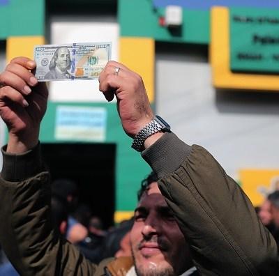 Dólar cede frente al peso en el último jueves de abril