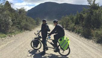 Cruza los Andes en bicicleta junto a su hijo autista