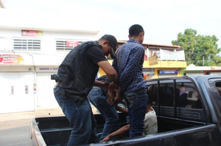 El joven de 23 años fue subido a una camioneta de la policía (Twitter @JuanVictorCas1)